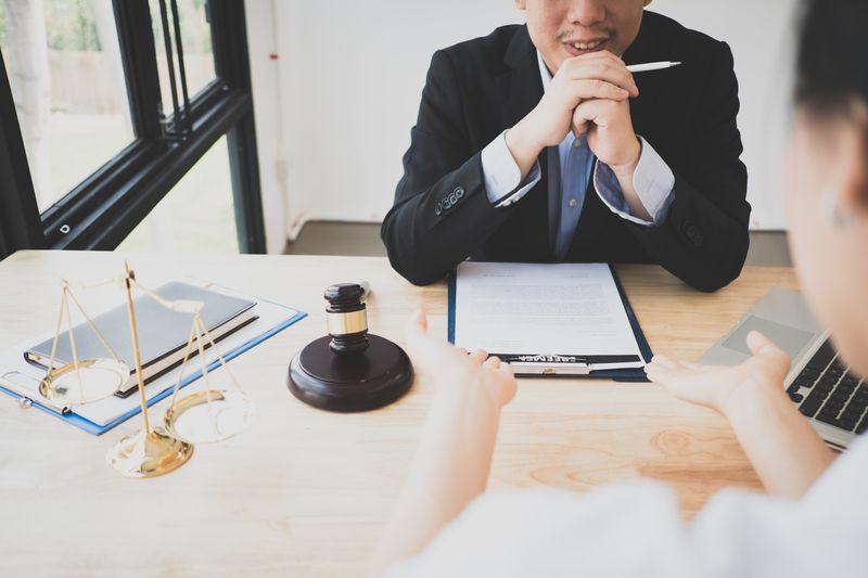 Få juridisk rådgivning af en advokat
